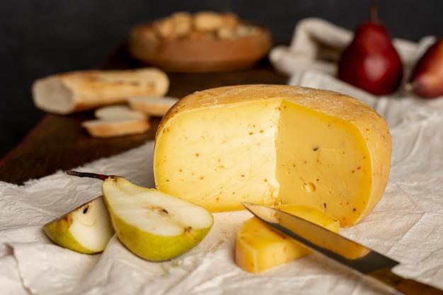 Вкусный сыр и фрукты на столе