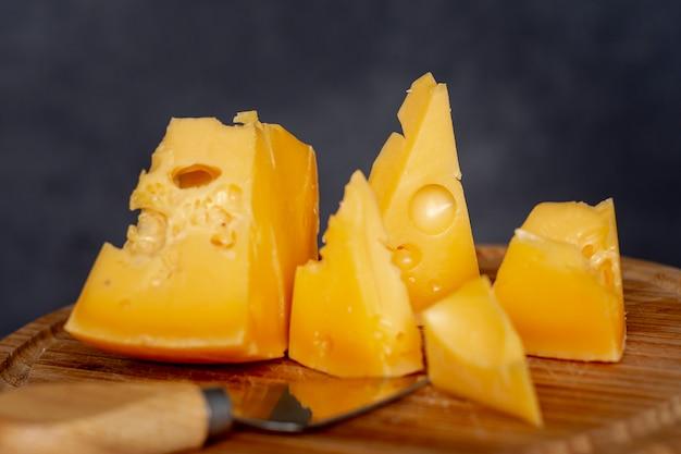 Крупным планом вкусные ломтики сыра