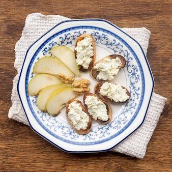 テーブルの上にチーズとおいしいパン