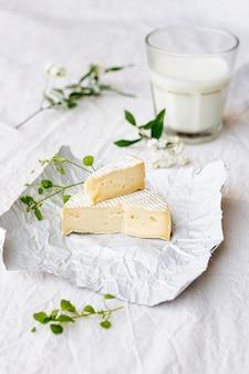 ミルクのガラスとクローズアップブリーチーズ