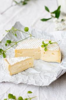 Вкусный сыр бри с крупным планом