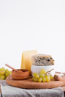 Разнообразие сыров и закусок на столе