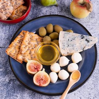クローズアップブリーチーズと皿の上のクラッカー
