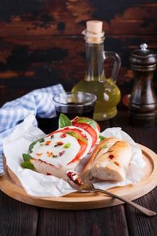 プレート上のモッツァレラチーズのおいしいサンドイッチ