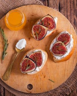 トップビューのフルーツとチーズ、パンのスライス