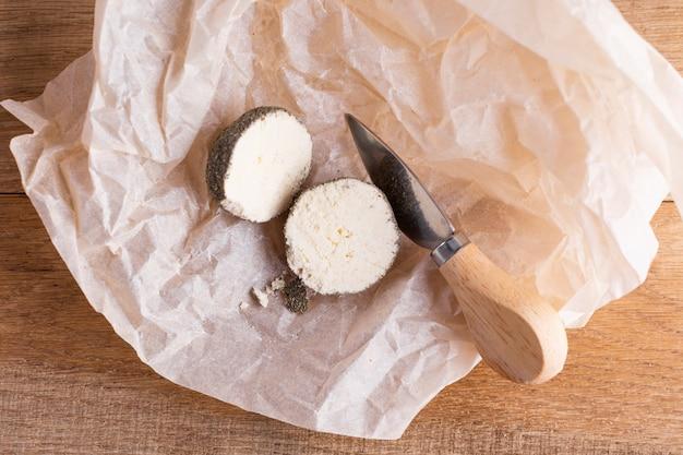 チーズはテーブルの上で半分にカット