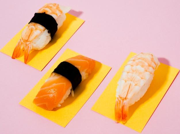 バラの背景にサーモンとエビの寿司