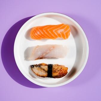 青色の背景にさまざまな寿司プレート
