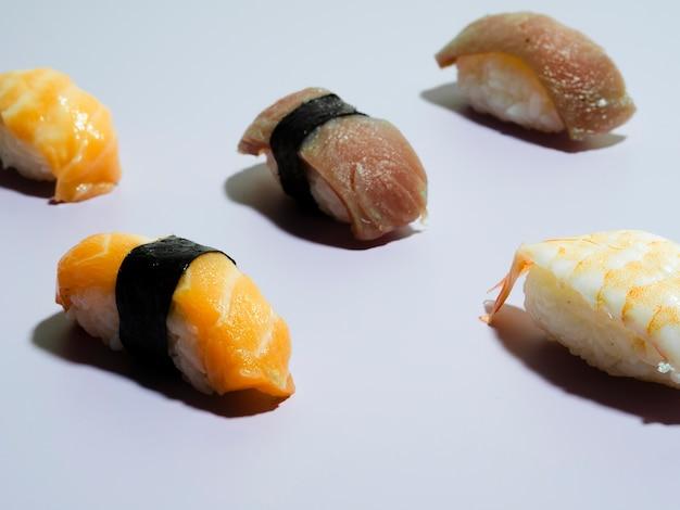 青色の背景に寿司