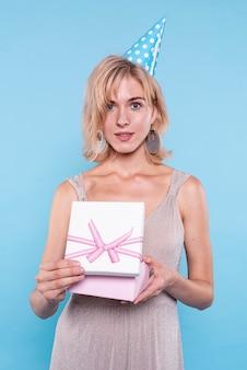 Красивая женщина, держащая подарок
