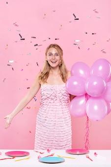 風船を保持している誕生日パーティーでの女性