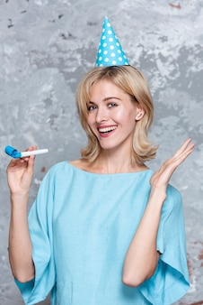 Улыбающаяся симпатичная девушка с праздничной шляпой