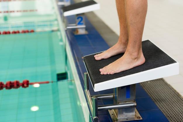 Пловец готов прыгнуть в бассейн