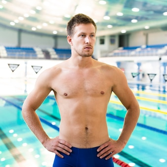 Мускулистый пловец на тренировке
