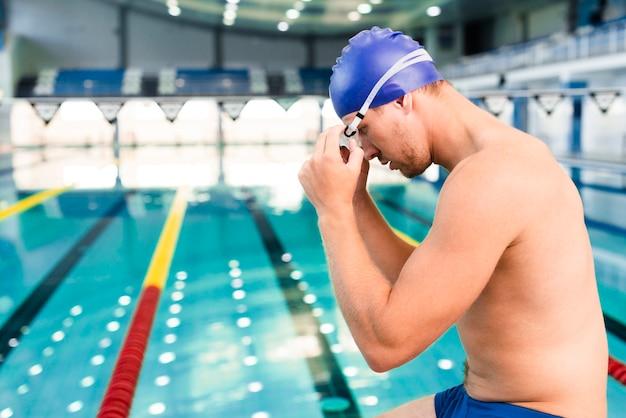 泳ぐ準備をしてサイドビュー男性