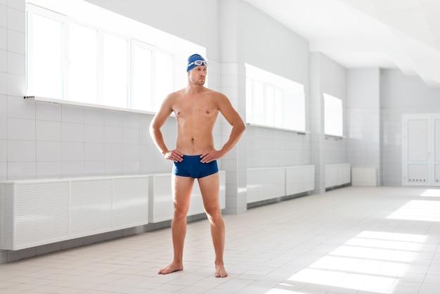 Вид спереди пловца мужского пола, готового к плаванию