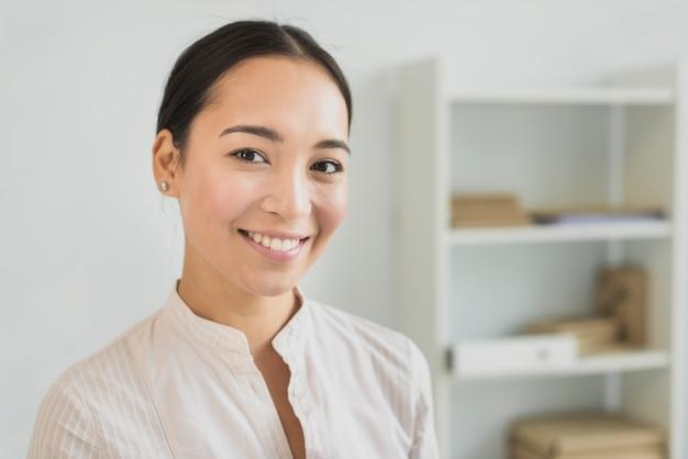 Крупный план красивой бизнес-леди