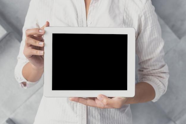 Мужчина представляет макет планшета