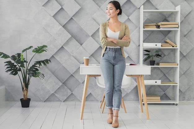 Смайлик азиатская женщина в ее офисе