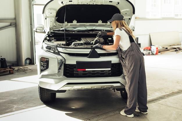 Вид спереди механик женщина работает