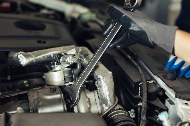 Крупный план двигателя автомобиля под высоким углом