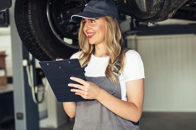 Портрет молодой женский механик работает