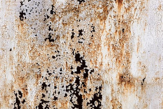 古い壁の背景の皮をむいた塗料