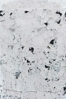 ひびの入った塗装の白い壁のテクスチャ