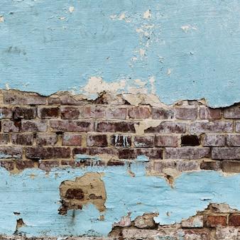 皮をむいた塗られたレンガの壁のテクスチャ