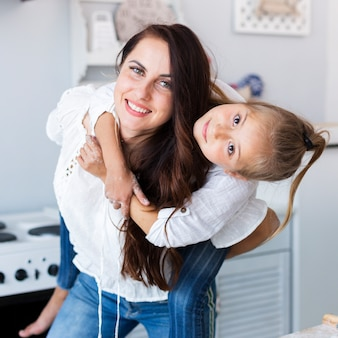 Счастливая мать, держа ее очаровательны маленькая девочка