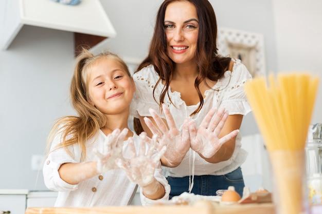 母と娘に手を見せて