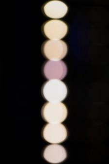 黒の背景に白のぼやけたランプ