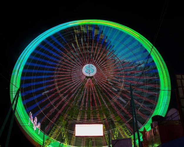 Длинный вид на зеленое чудо-колесо ночью