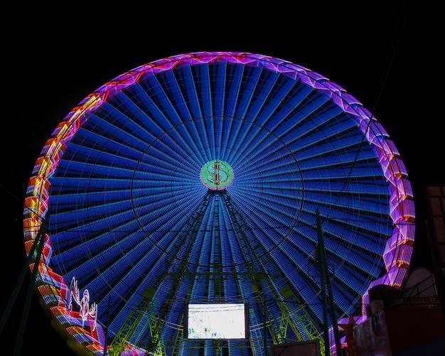 Длинный вид теплых цветов чудесного колеса в ночи