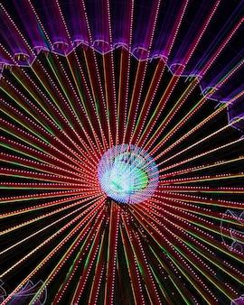 Абстрактные неоновые огни на колесе чудо