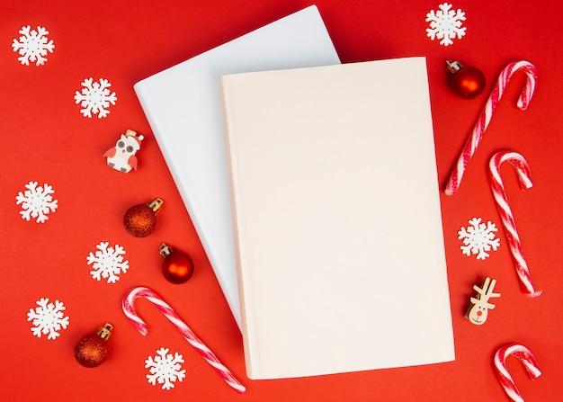 クリスマスの飾りと本のモックアップ