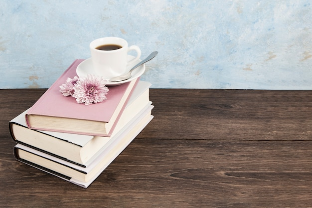 Высокий угол кофе на книгах