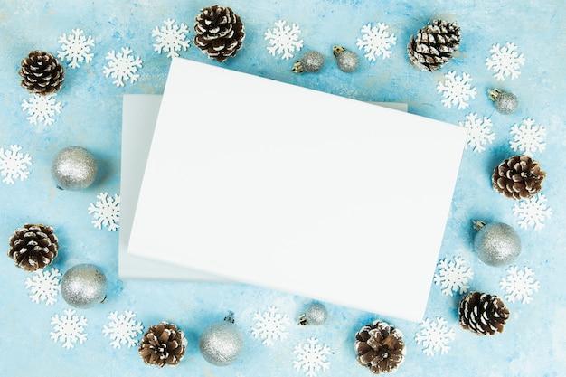 クリスマスの背景を持つ本のトップビュー