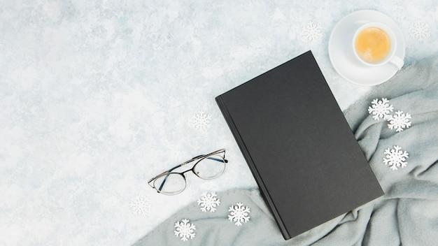 本とコピースペースとメガネのトップビュー