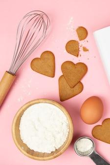 Плоская кладка вкусного печенья на розовом фоне