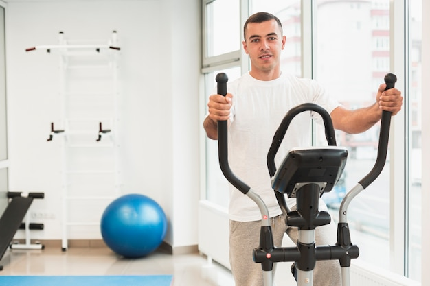 Мужской пациент делает медицинские упражнения