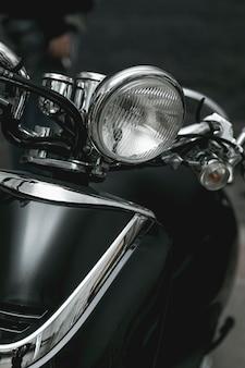 ビンテージバイクのクローズアップのヘッドライト