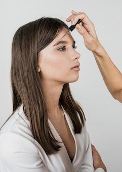 眉毛製品を適用するアーティスト