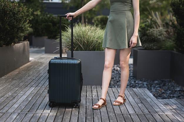 スーツケースを持つ若い女