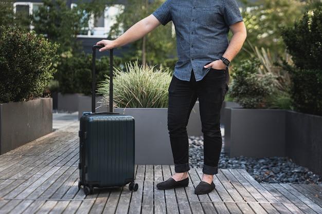 スーツケースと若い男