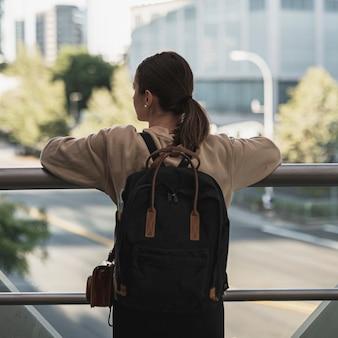 Вид сзади молодой женщины турист