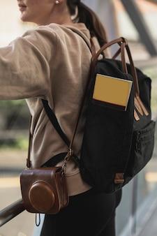 Молодая туристская женщина с рюкзаком