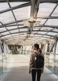 バックパックを持つ若い観光客女性
