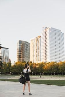 Полный снимок путешественник фотографировать на открытом воздухе