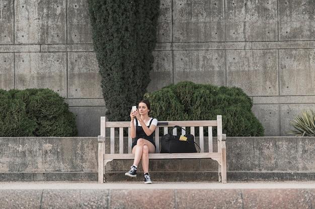 ベンチに座ってフルショットの観光客